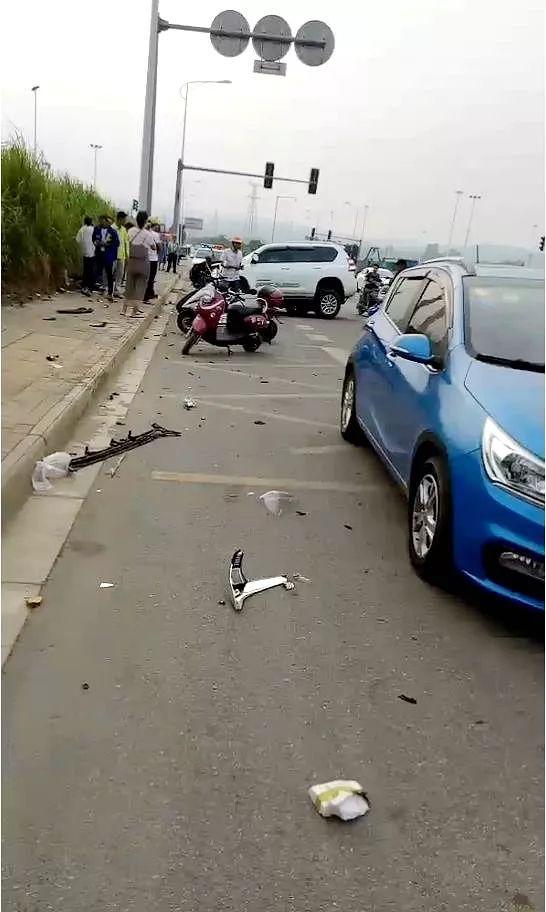 """小轿车撞电杆损伤严重  """"驾驶人""""却神情自若!"""