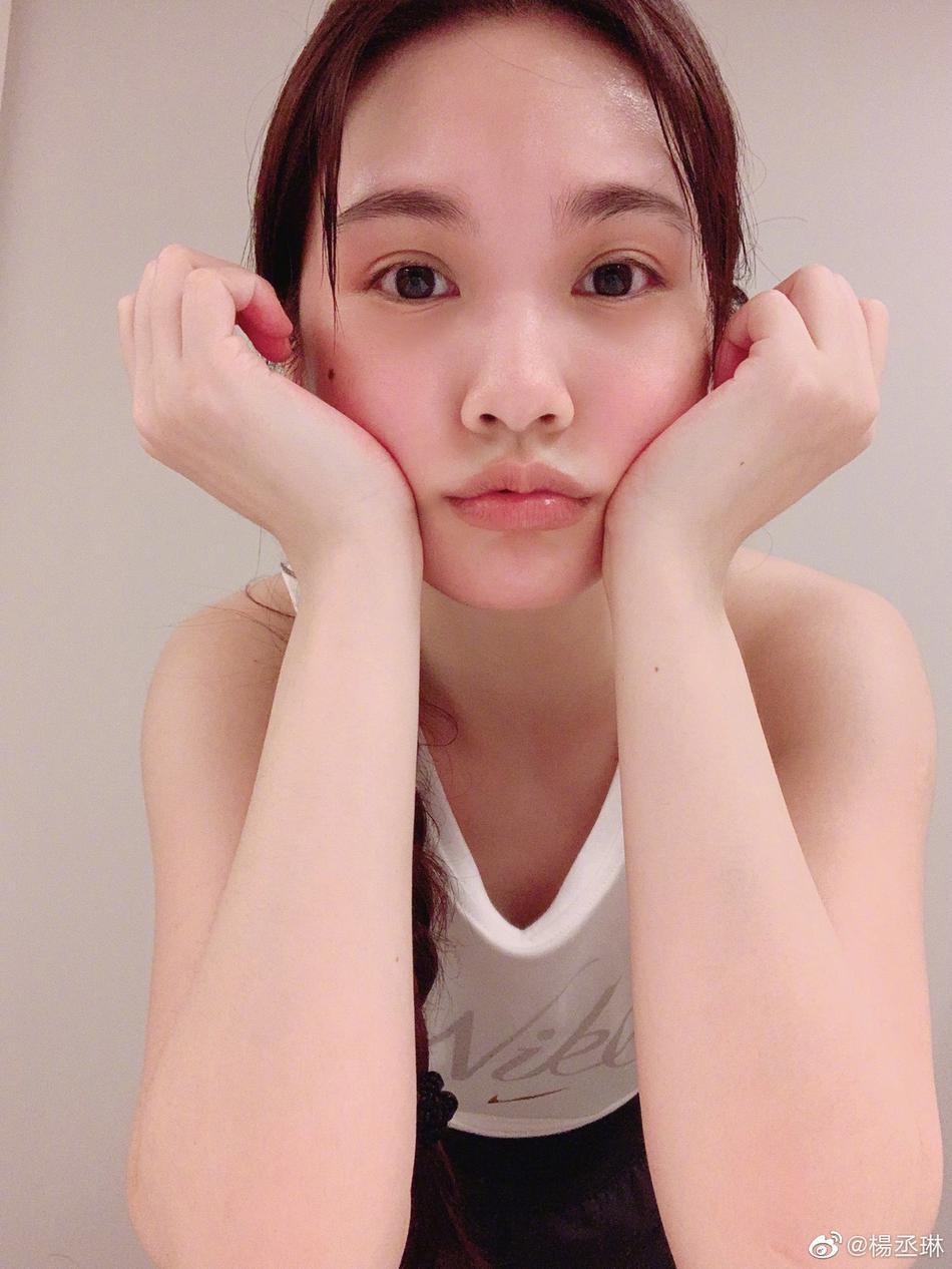 杨丞琳在家训练后吐舌自拍 网友调侃她在暗cue李荣浩