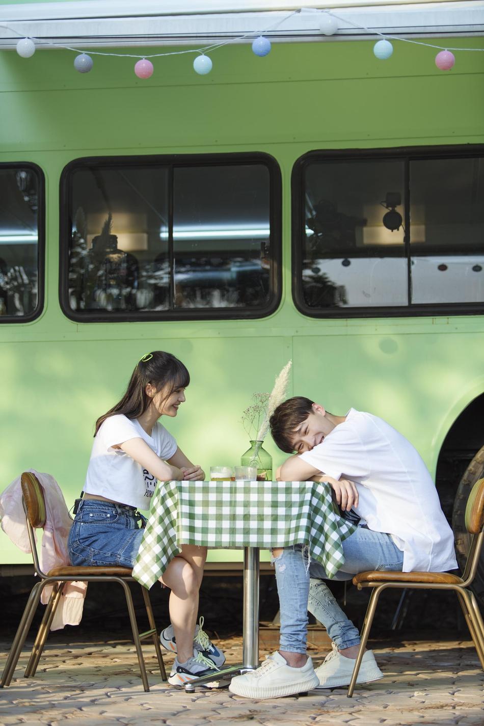 郑爽头绑彩带蝴蝶结甜美可爱 与张恒互喂甜品爱意十足