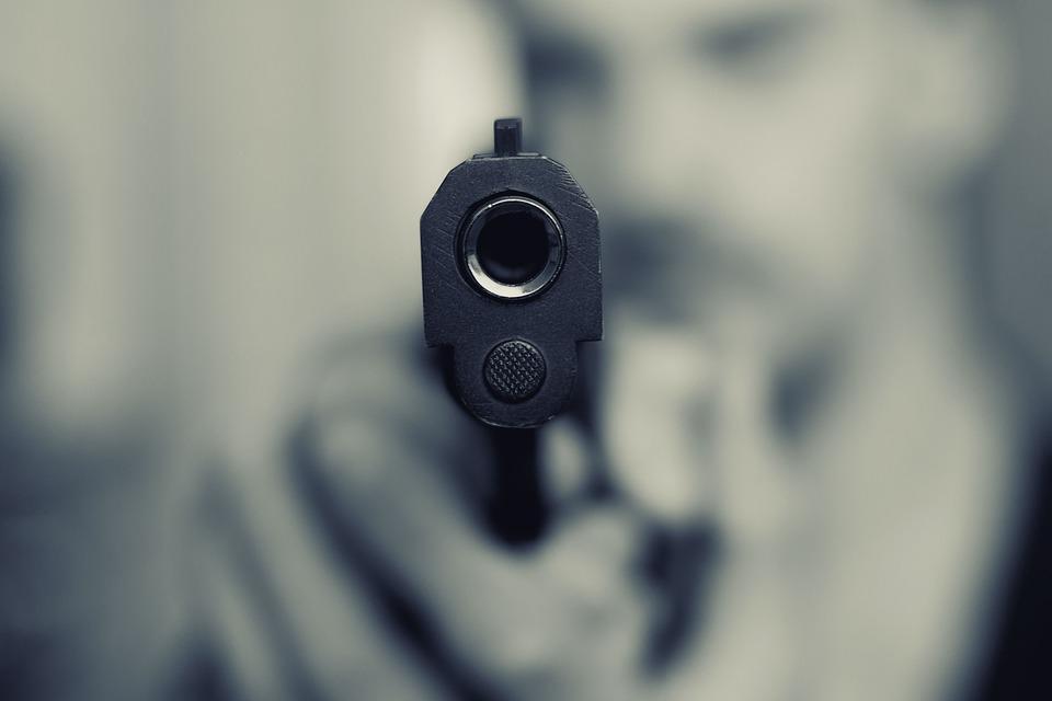 嫌楼上邻居吵 美国男子朝天花板开枪打中自己的脸