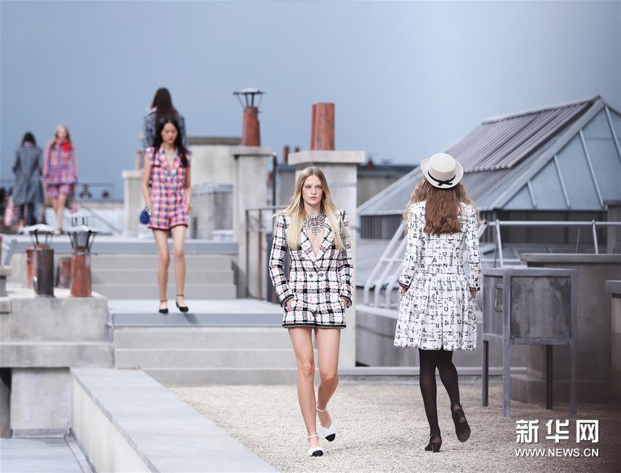"""巴黎时装周:""""屋顶""""上的香奈儿时装秀"""