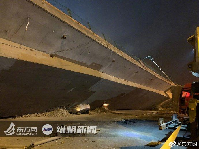 无锡垮桥被压车辆正拖出 起吊桥体需8辆500吨吊车
