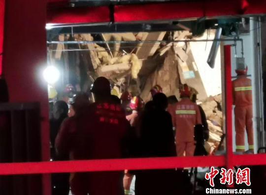 南京坍塌建筑历尽12小时:现场清理救援仍在继续