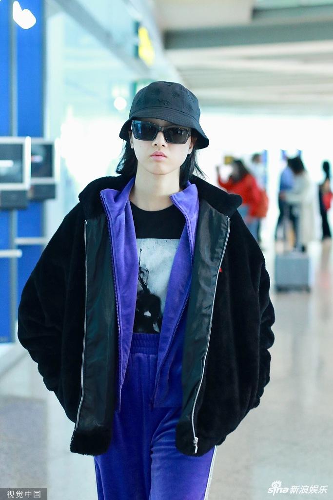 Yamy穿紫色运动衣搭机 墨镜遮面双手插兜霸气有范儿