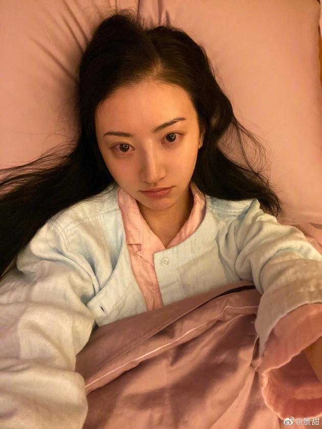 景甜晒生病卧床照引人心疼 卧床休息素颜憔悴