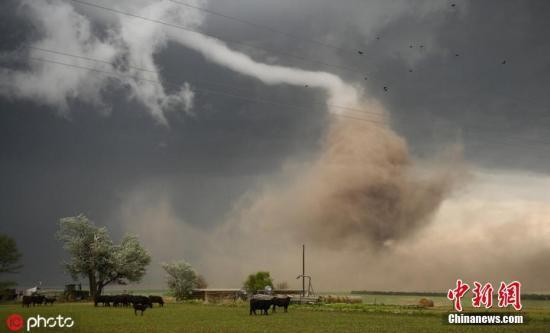 美达拉斯遭龙卷风侵袭 约6万户断电多栋建筑倒塌