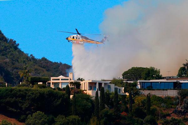 美国洛杉矶山火浓烟滚滚 严重威胁周边富人住宅区