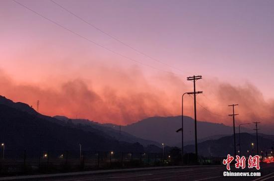 美加州富人区爆发山火气味刺鼻 200户居民撤离