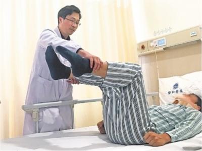 """男子突发肩痛下肢险瘫痪 医生紧急为他拆除脊髓""""炸弹"""""""