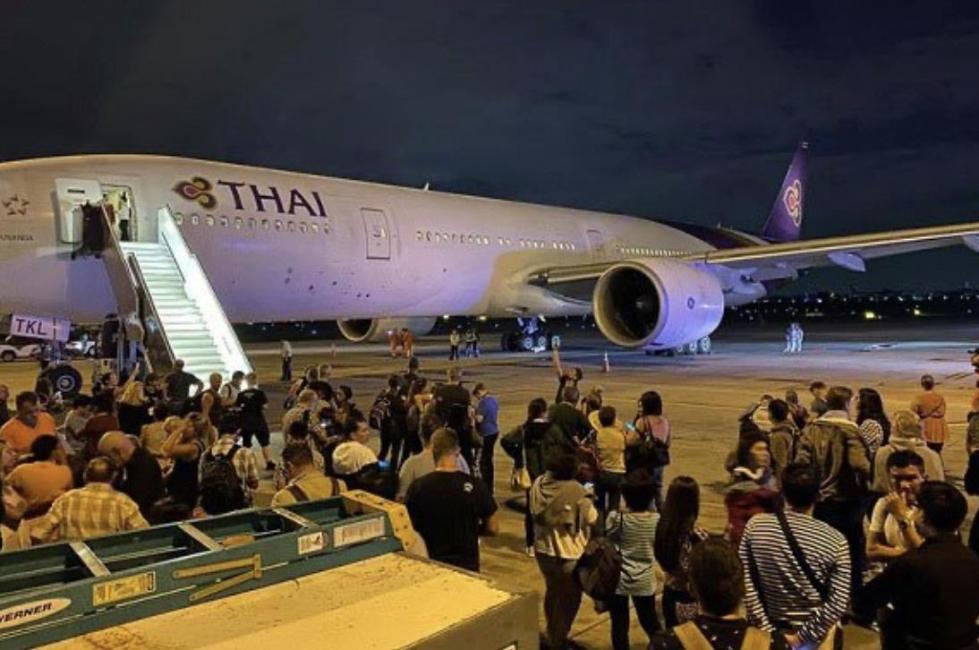 泰国一架波音777客机在起飞时发动机破裂