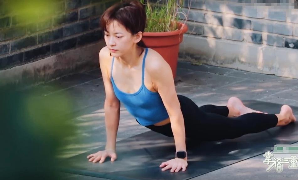 陈意涵阳台做瑜伽姿势优美 老公一旁拍照