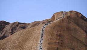 """澳""""乌鲁鲁""""巨岩关闭 游客留念"""