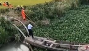 农用船被困水草区 消防及时解围