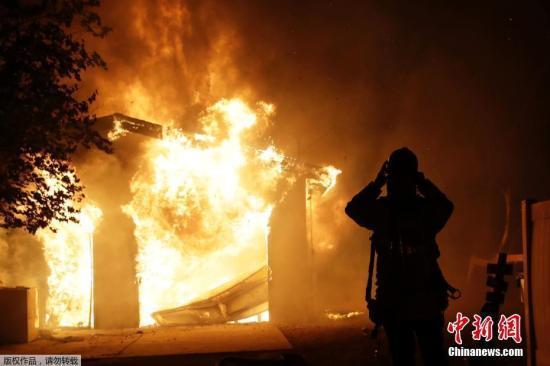 北加州酒乡野火蔓延 九万人被强制疏散