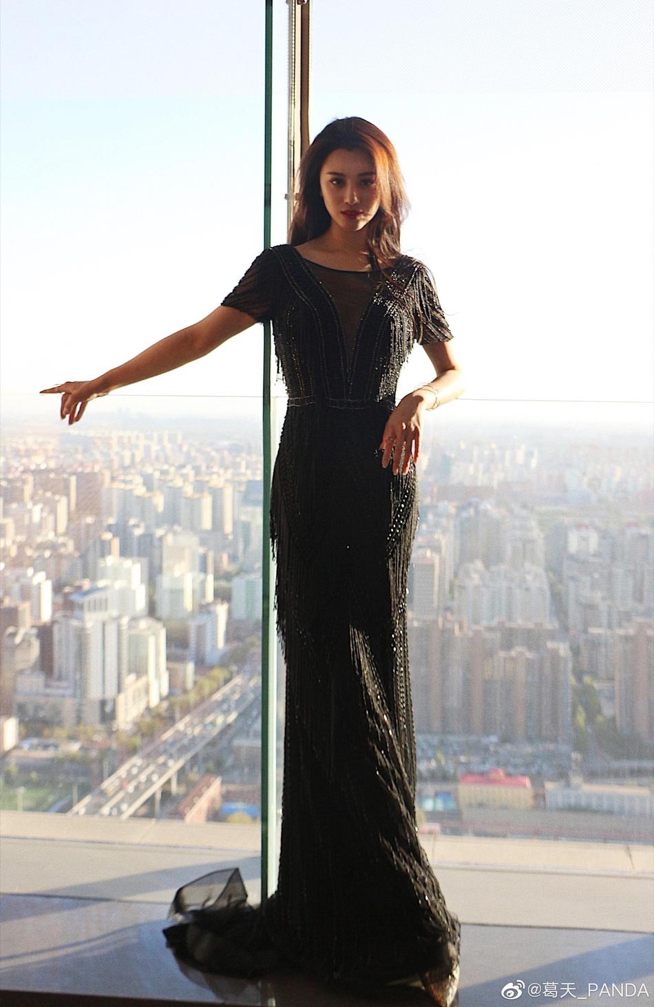 葛天晒温柔美照 穿黑色长纱裙好身材尽显
