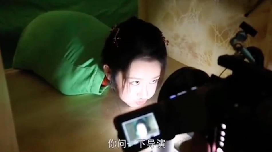 杨紫为拍戏不要形象 冲镜头对眼吐舌头征求导演意见