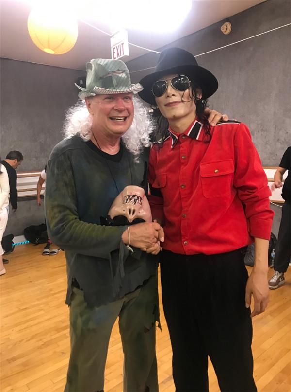 王杰克逊在美国和传奇编舞师Vincent Paterson在一起合影