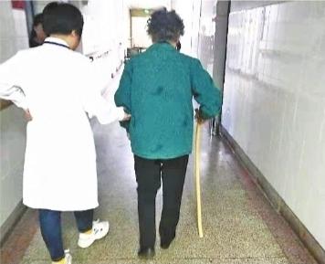 """八旬老人患上""""鼠标手"""" 一查才知是手杖高了"""
