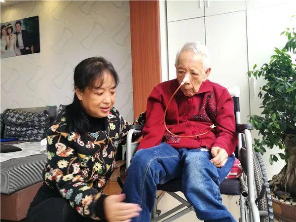 """照顾病瘫母亲27年,她和母亲许下""""90岁的约定"""""""