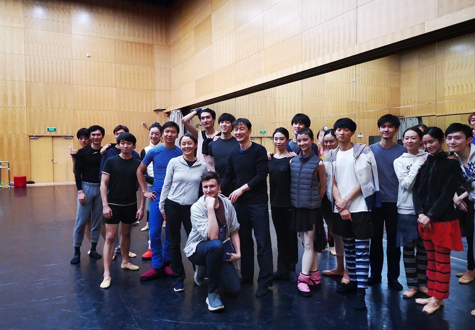 """这名俄罗斯记者对出演《西施》的中国芭蕾舞演员""""单膝跪地"""",到底发生了什么?"""