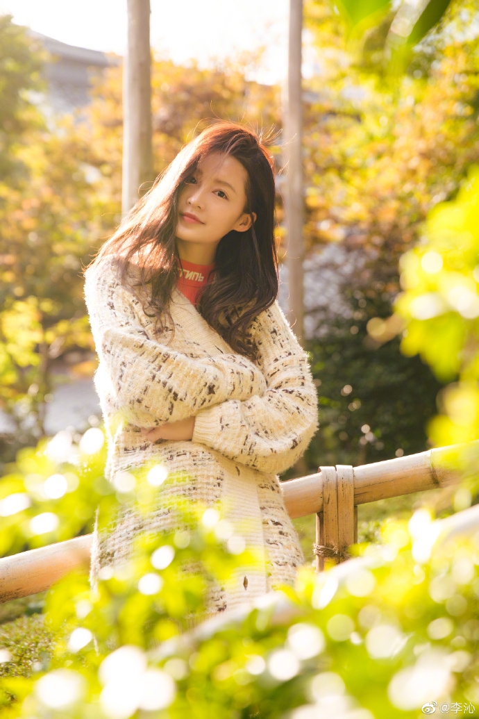 李沁长发微卷展明媚甜美笑容 日光下惬意漫步长腿瞩目