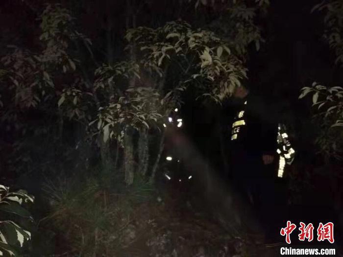 4名游客受困昆明深山 警民联动雨夜救援