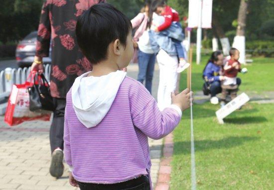 男童游玩时被防护绳划伤 景区:为护苗设置,近期将整改