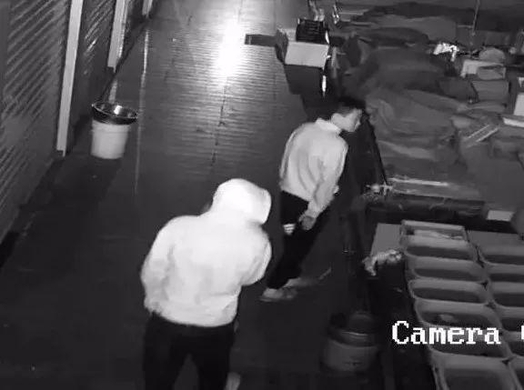 俩小偷被抓,赃物是5000元硬币,足足60斤