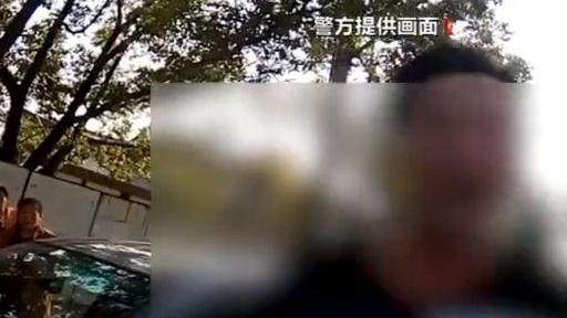 停车马路中间睡觉 上海一男子醉驾被逮个正着