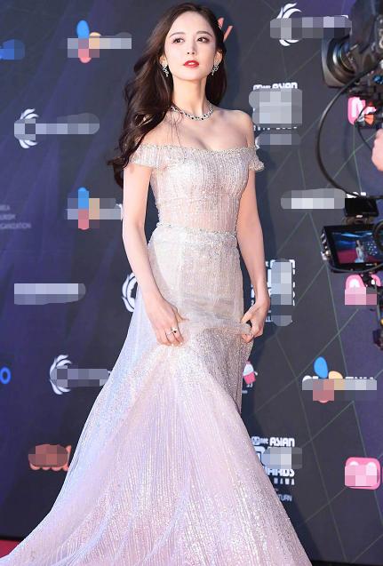 古力娜扎身着银色拖尾长裙亮相红毯 如同仙女下凡美丽迷人