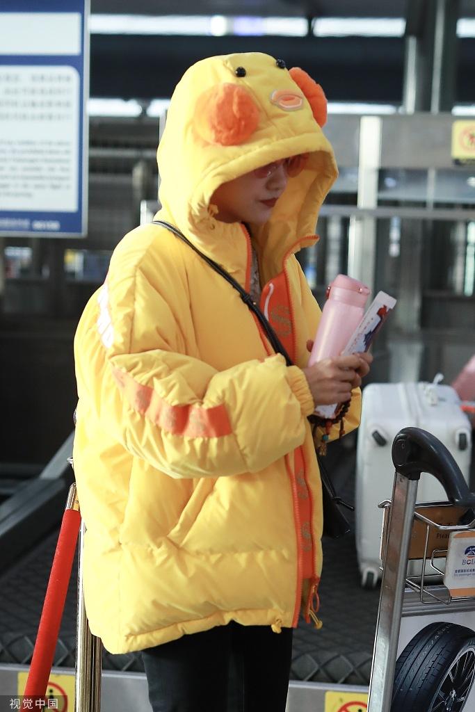 """杨蓉穿""""小黄鸭""""外套清新可爱 戴红色墨镜玩撞色太时髦"""