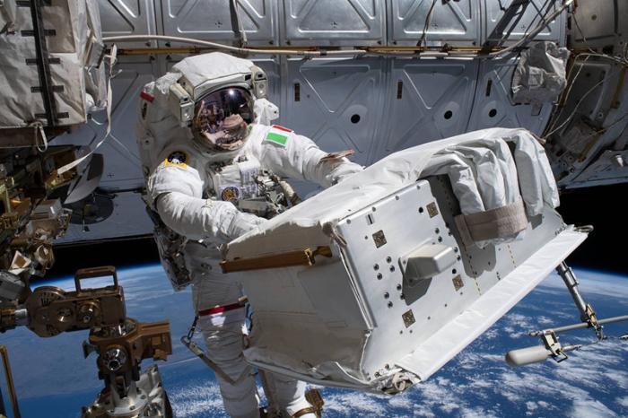 """我在太空""""补衣服"""":宇航员修复漏水宇航服(图)"""
