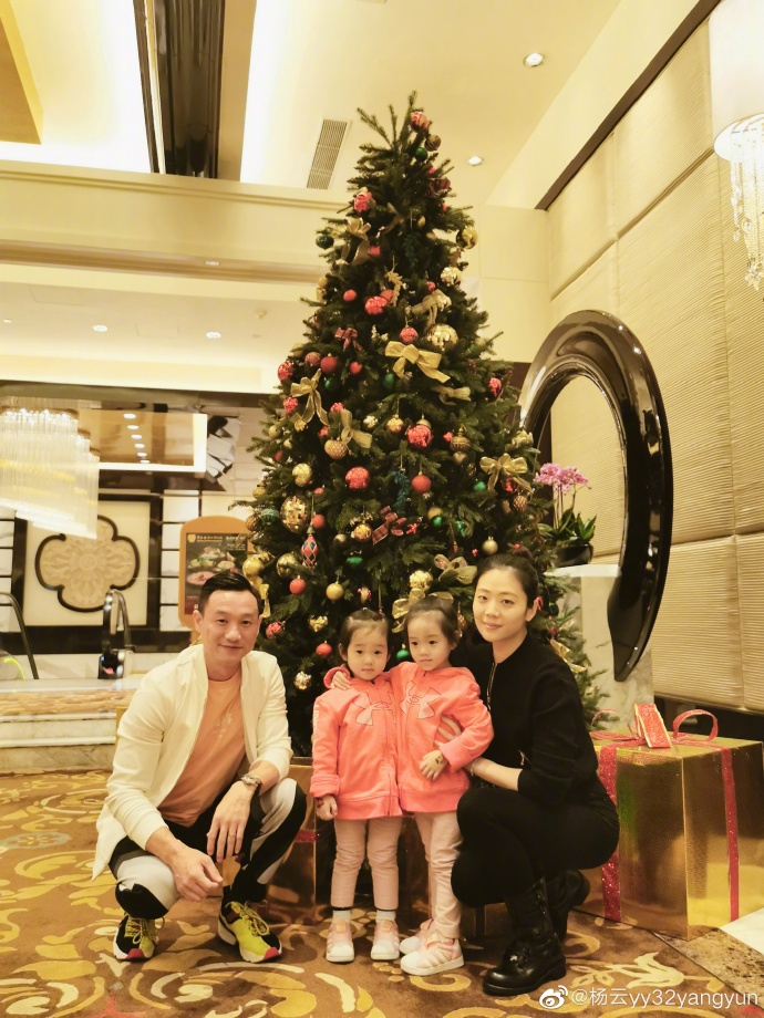 杨云晒一家四口双胞胎有身高差了 网友齐问杨阳洋呢?
