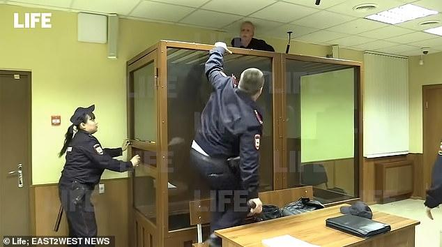 涉嫌杀害亲姐,俄少年受审时想从天花板逃跑,被警察电棍制服
