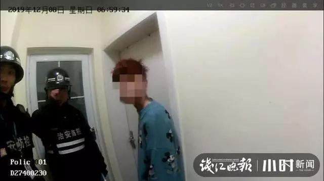 姑娘称室友在家中被劫持,房东和警察破门而入!却看到......