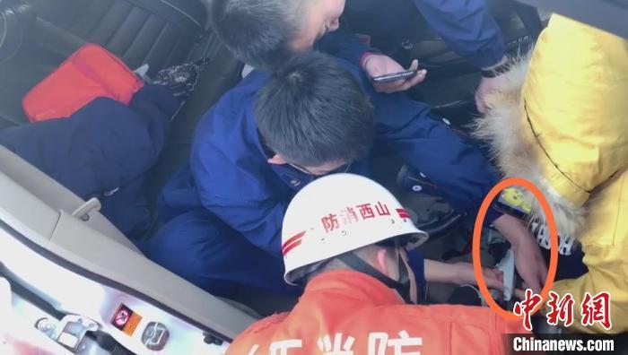 幼童手指被卡哭闹不已 消防员为其播放动画片两小时