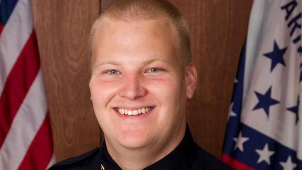 美国警方公布枪击案视频:警察头部中10枪身亡