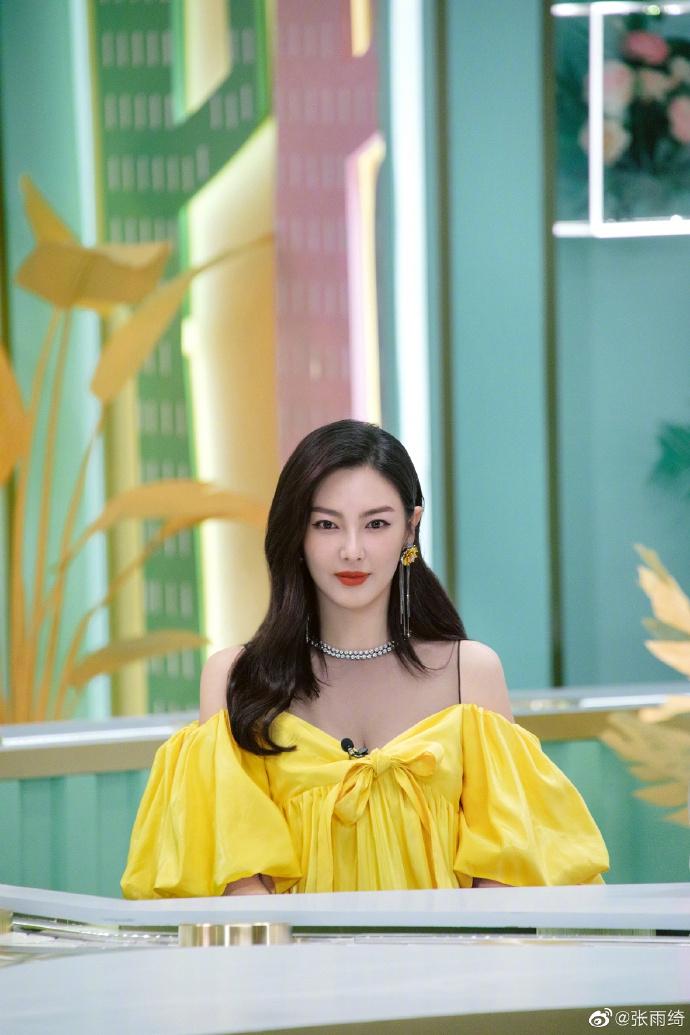 张雨绮自曝用酸奶猪蹄美容 着黄色蝴蝶袖长裙少女感足