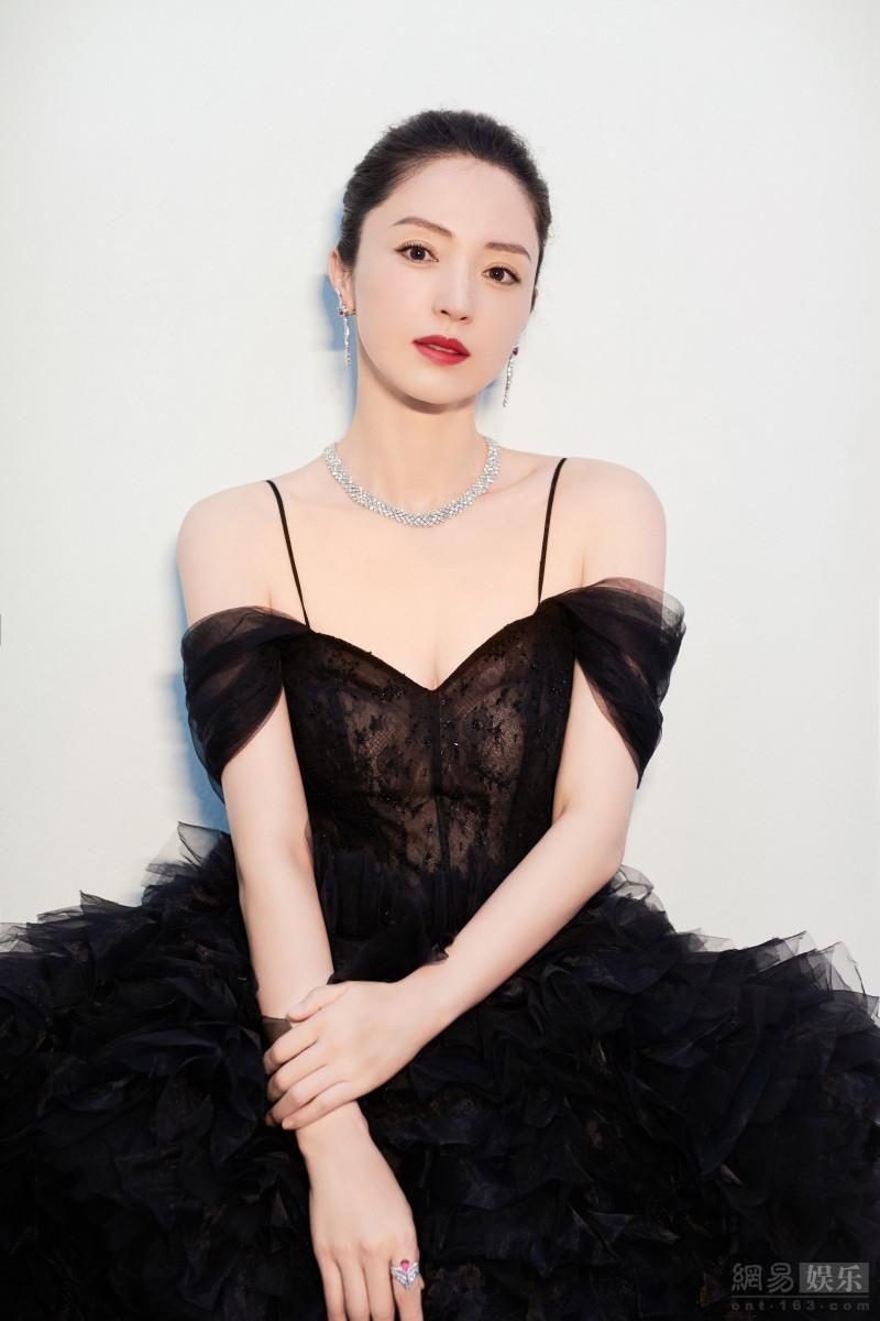 董璇穿礼裙化身优雅黑天鹅高贵迷人