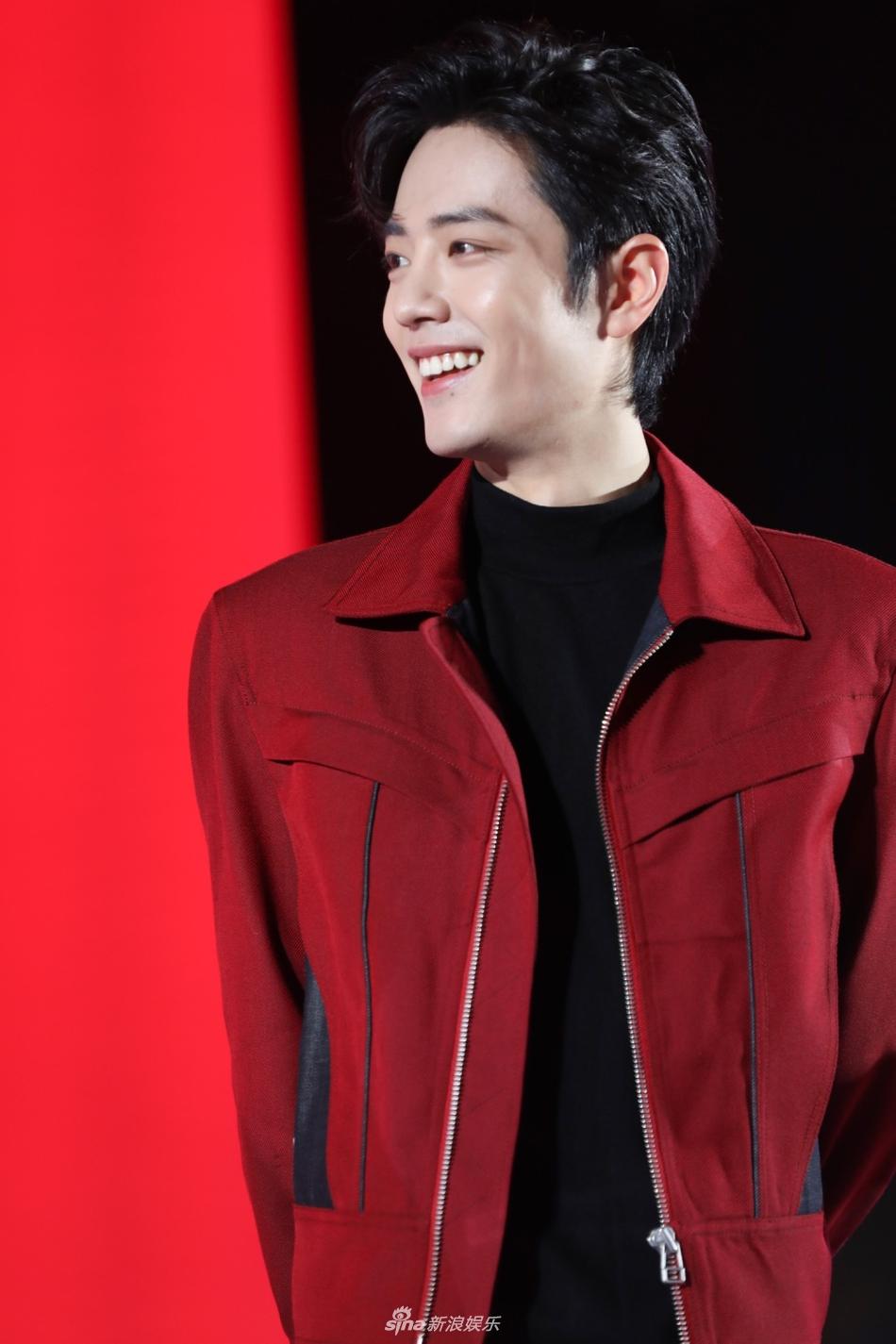肖战穿红外套对镜甜笑帅气有型 不时抿嘴变表情包显反差萌