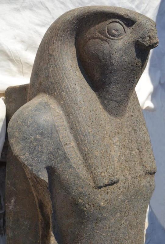 重大考古发现!埃及考古队发现巨型荷鲁斯神雕像