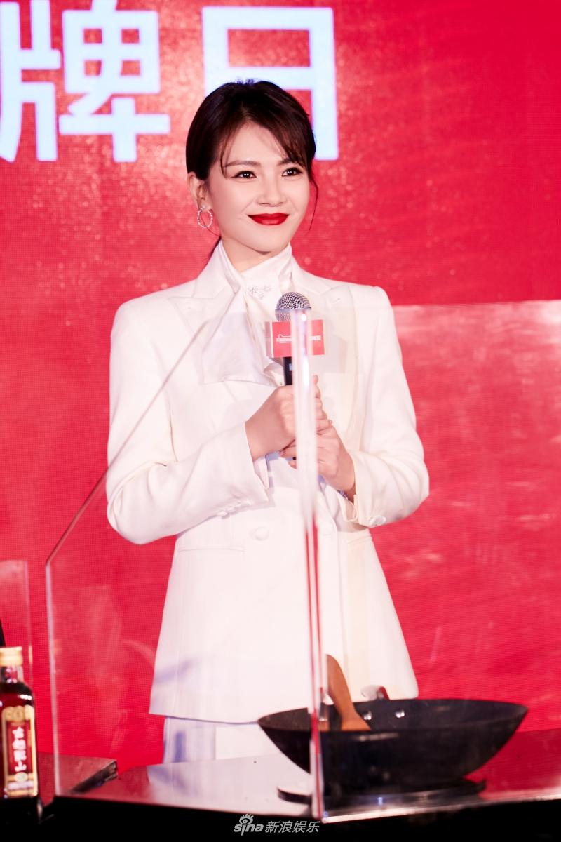 刘涛一袭白衣仙气飘飘温婉大方 与粉丝合影亲和力满分