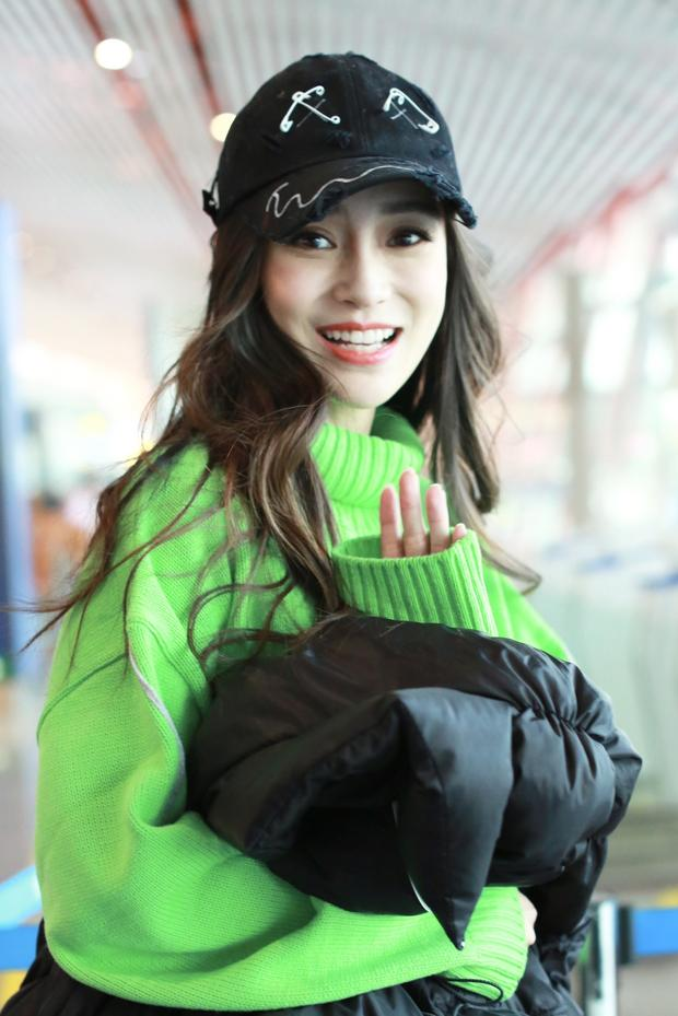 Baby穿绿毛衣机场扮靓 与粉丝互动亲和力爆棚