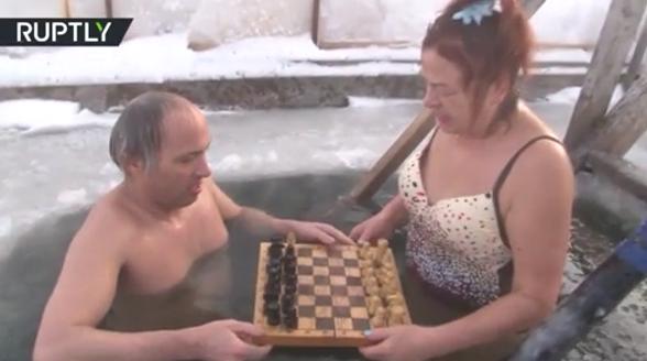 抗冻!俄罗斯奶奶喜欢泡在冰水里下象棋
