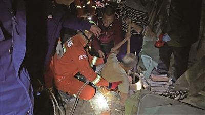 老翁下井寻鸡被困 消防员拉绳救援