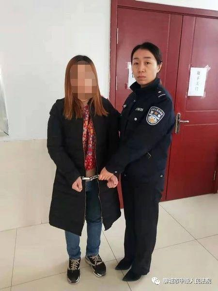 女子持刀威胁辱骂法官 被拘留15天