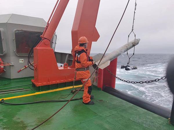 雪龙号撒下今次科考首网,捞了些浮游生物