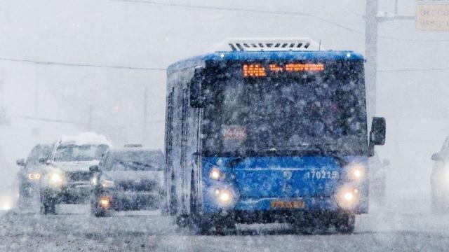 俄罗斯公交车窗坏了照样开 车内乘客被雪覆盖:常规操作