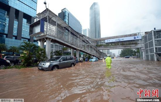 印尼雅加达跨年夜暴雨引发洪灾 已致21人死亡