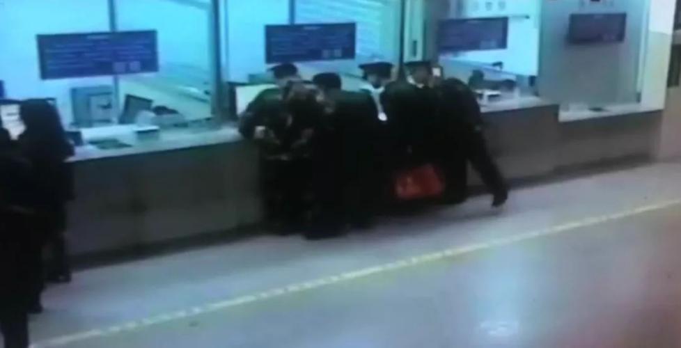 跨年夜,4名海警战士向售票员敬军礼!